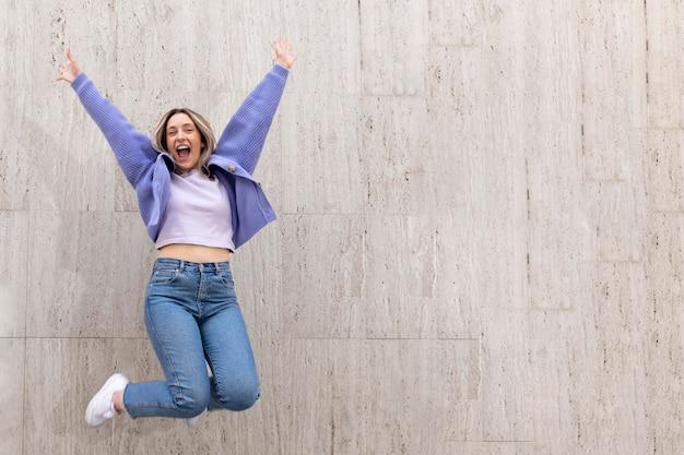 야외에서 점프하는 행복 한 여자