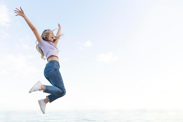 幸せな女性の屋外ジャンプ