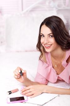彼女の爪を描く幸せな女性