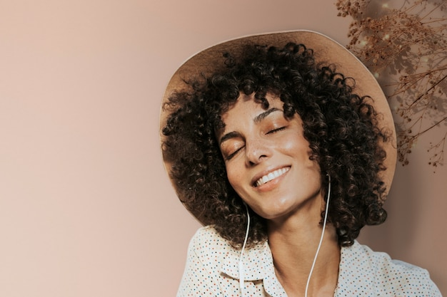 Sfondo di fotografia donna felice con bordo foglia remixato media
