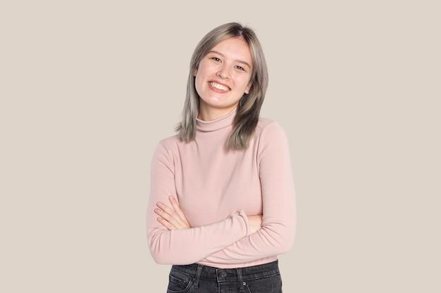 Donna felice con un dolcevita rosa Foto Gratuite