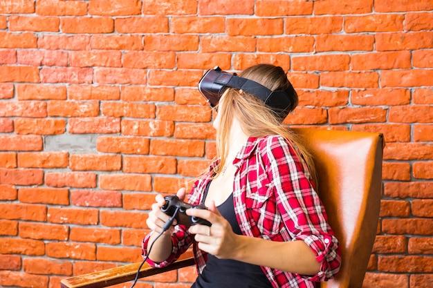 가상 현실 헤드셋으로 게임을하는 행복 한 여자.