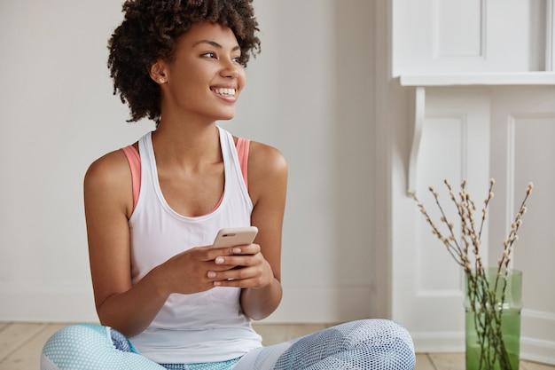 Счастливая женщина позирует в своем доме