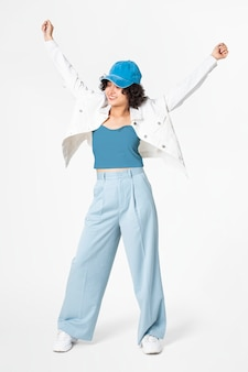 흰색 재킷과 파란색 옷을 입고 포즈를 취하는 행복 한 여자