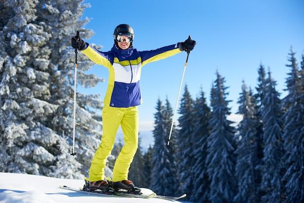 Счастливая женщина позирует на лыжах перед катанием на лыжах