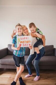 母親の日のために彼女の子供たちとポーズをとっている幸せな女性