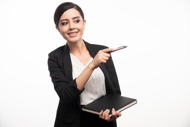 흰색 바탕에 노트북과 함께 포즈 행복 한 여자입니다. 고품질 사진