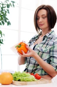 Счастливая женщина готовит здоровый салат