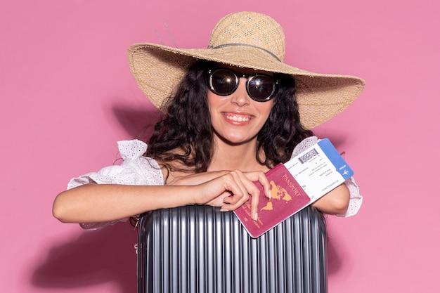 彼女の夏の旅行の準備ができて幸せな女性