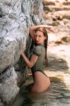 Счастливая женщина расслабляется и наслаждается солнцем на пляже