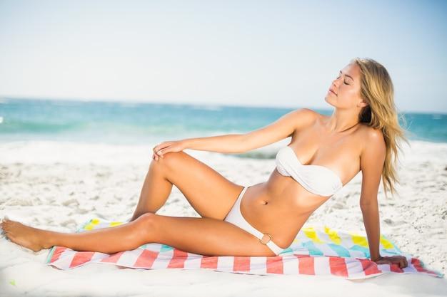해변에서 편안한 행복 한 여자