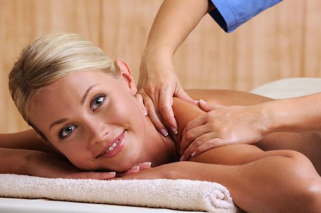 Donna felice che si distende su un massaggio per il suo corpo