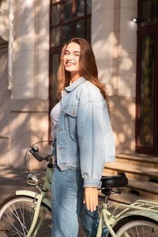 街の外で自転車に乗る幸せな女性