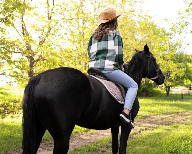 Donna felice a cavallo fuori Foto Gratuite