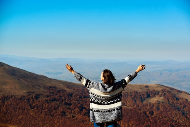 산 위에 손을 위로 상승하는 행복 한 여자