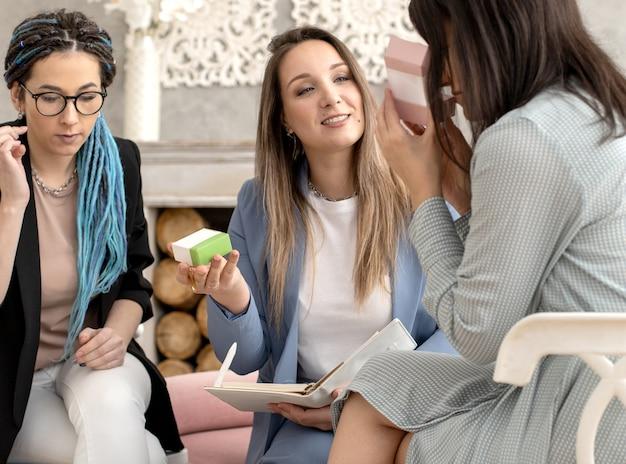 Счастливая женщина-менеджер по продажам сетевого маркетинга бизнес-презентации органической косметики клиенту