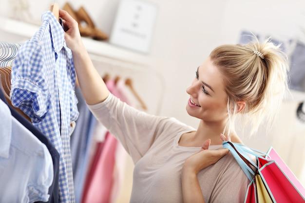 服を買う幸せな女性