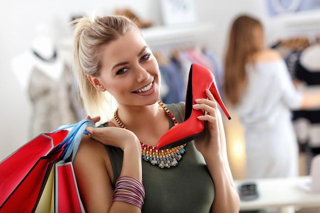 幸せな女性の靴の買い物