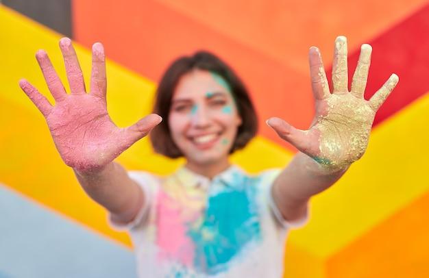 汚れた手を示す幸せな女