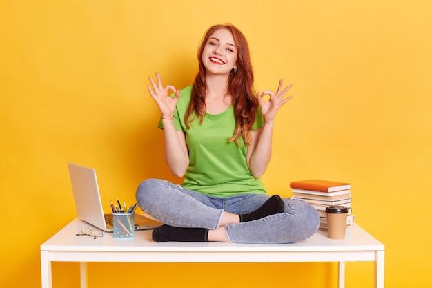 Счастливая женщина показывает знак ок обеими руками