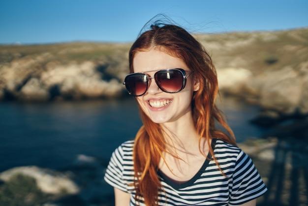 自然風景海の川と背景の山々に笑顔の幸せな女