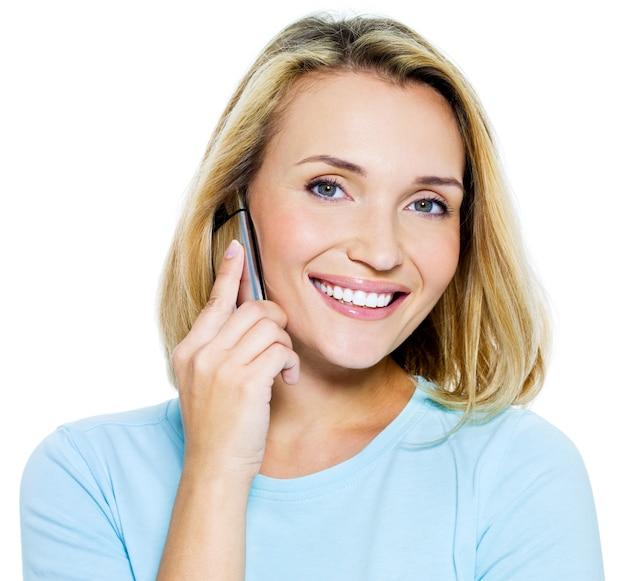 幸せな女は白で隔離される-電話で話す