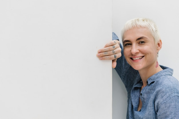 벽 옆에 서 있는 행복한 여자