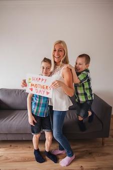 彼女の子供たちに囲まれた幸せな女性
