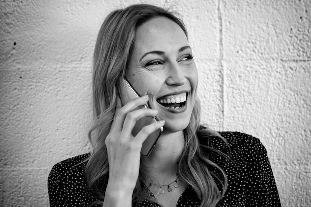 전화 통화 하는 행복 한 여자