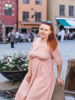 Stortorget、大きな広場、ガムラスタン、ストックホルムの旧市街、スウェーデンの幸せな女性の観光客