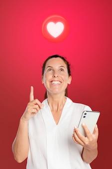彼女の電話でデートアプリを使用して幸せな女性