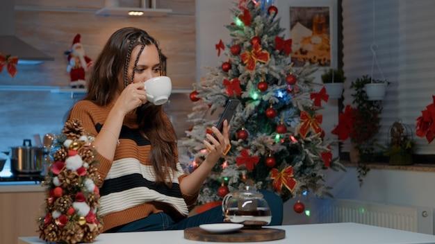 Счастливая женщина с помощью смартфона, чтобы поговорить с семьей