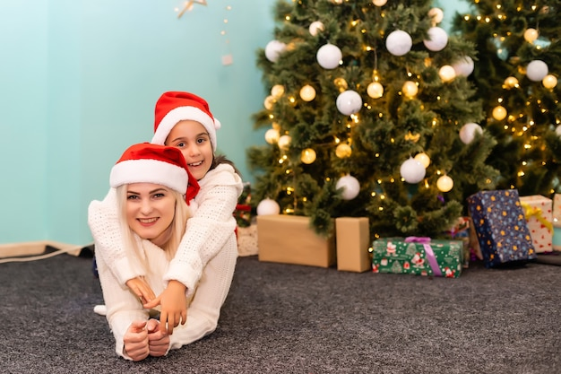 Счастливая женщина с милой маленькой девочкой готовится к празднику