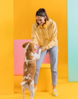Счастливая женщина с собакой
