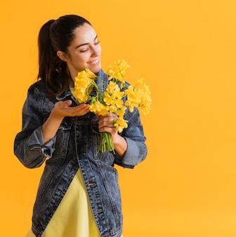 花の花束と幸せな女