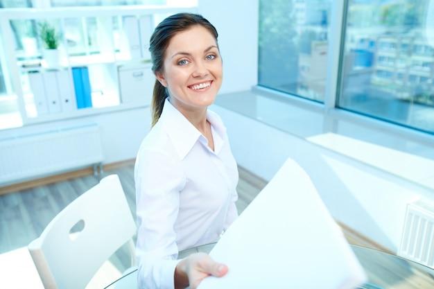 Счастливая женщина с листом