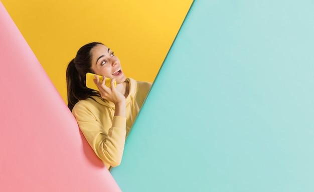 スマートフォンで幸せな女