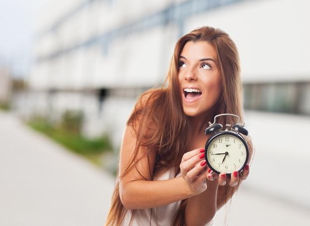 通りに目覚まし時計に満足して女性