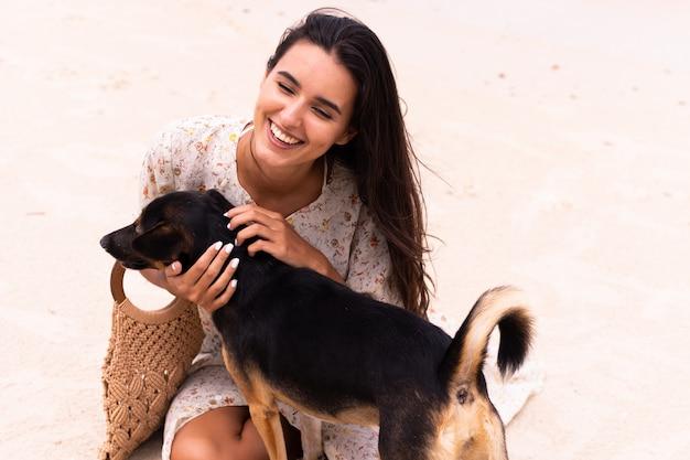 해변 강아지와 함께 행복 한 여자
