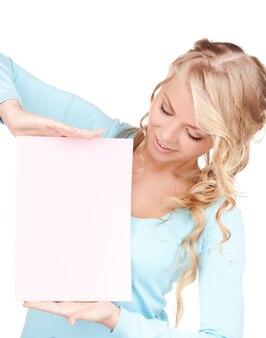 흰색 위에 빈 보드와 함께 행복 한 여자