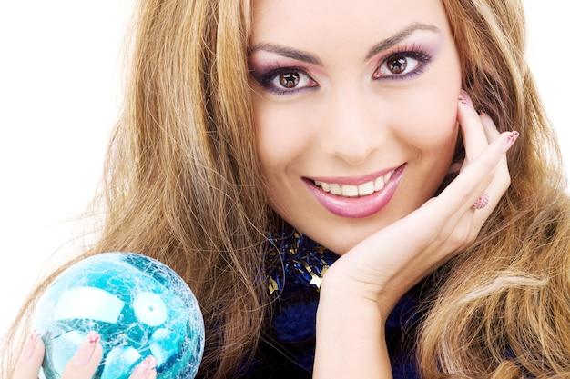 Счастливая женщина с синим елочным шаром
