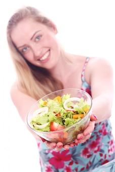신선한 샐러드 그릇으로 행복 한 여자