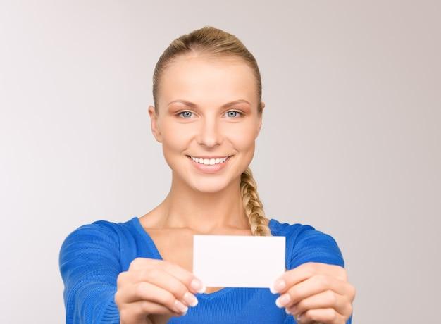 회색에 비즈니스 카드와 함께 행복 한 여자