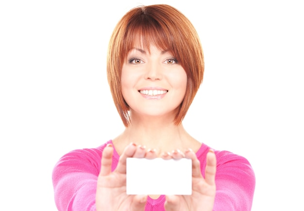 白い壁の上の名刺を持つ幸せな女 Premium写真