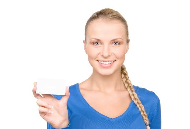 白い壁の上の名刺を持つ幸せな女