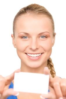 흰 벽에 비즈니스 카드와 함께 행복 한 여자