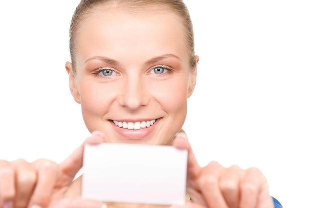白の上の名刺を持つ幸せな女性 Premium写真