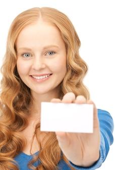 白の上の名刺を持つ幸せな女性