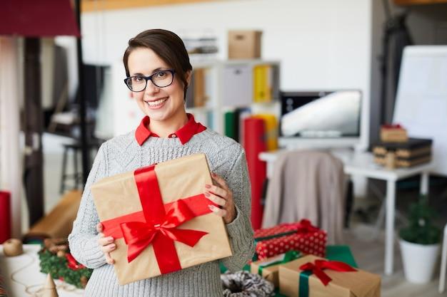 Donna felice con regali o regali di natale