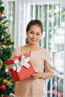 Счастливая женщина с подарком на рождество